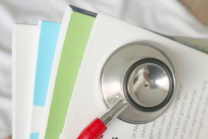 Stethoscoop met Boeken bij een PICO onderzoeksvraag